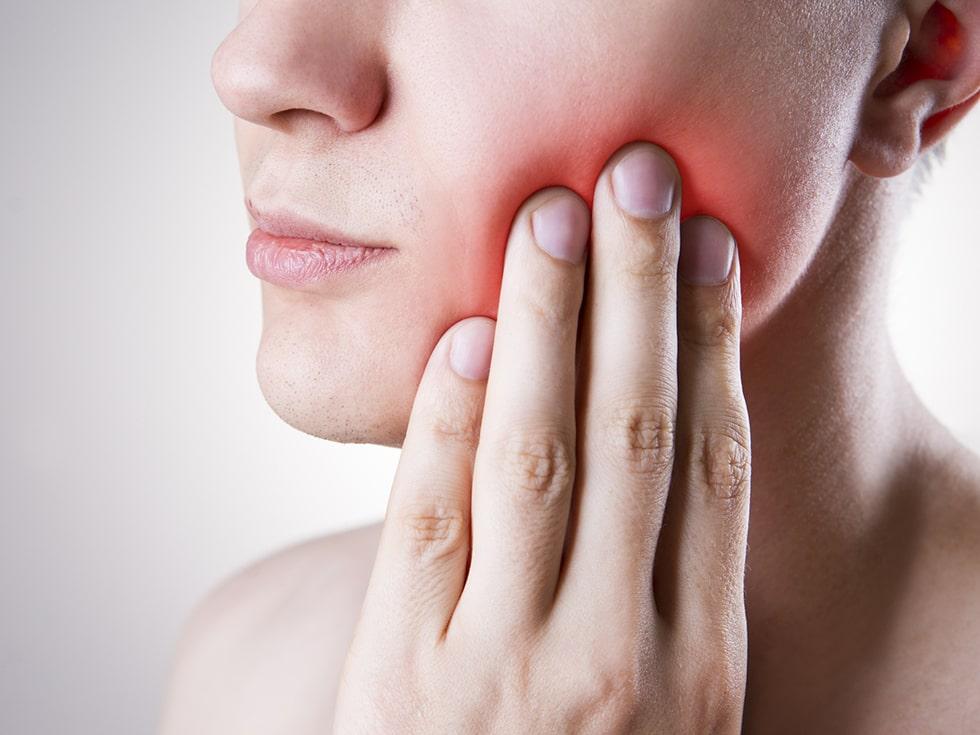 woman feeling a pain in her teeth